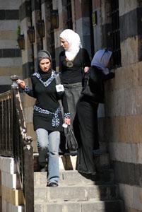 Jóvenes sirias en el palacio Azem