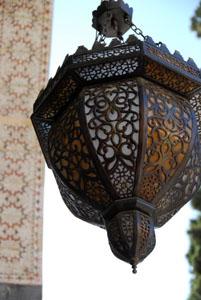 Lámpara cuelga en el patio del palazio Azem