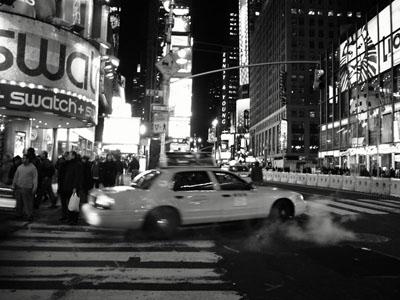 times square y humo y taxi nocturna blanco y negro ss