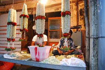 mercado devaraja trenzando guirnalda con flores s