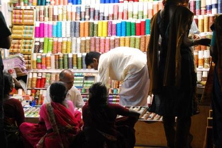 meenakshi temple madurai gentes 03 tienda en el interior
